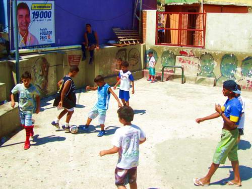 משחק כדורגל בפאבלה בריו דה ז'ניירו, משחק כדורגל בברזיל