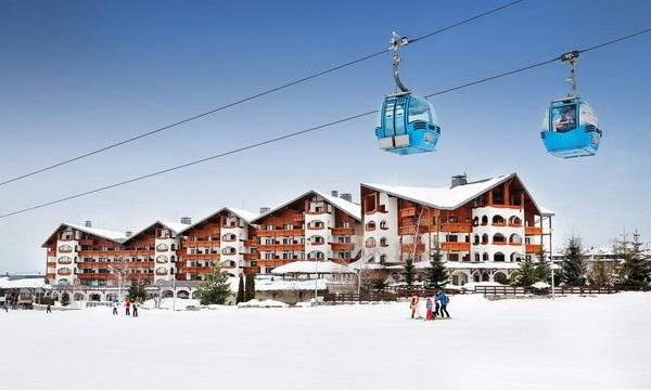 מלון קמפינסקי בבנסקו והגונדולה לאתר הסקי