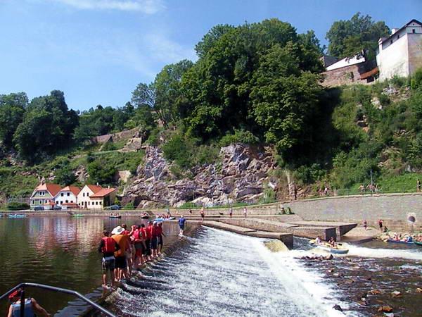 סירה ושייטים עליזים באחד המפלים על נהר ולטאבה