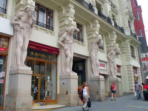 ארבעת האידיוטים בדמותו של אטלס, הכיכר המרכזית של ברנו
