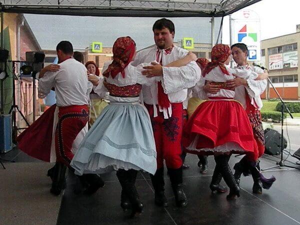 רקדני להקת הפולקלור של מיקולוב בחגיגה מקומית