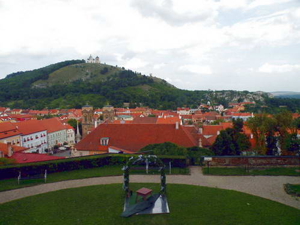 גגות העיר מיקולוב והקפלה על הגבעה הקדושה, תצפית מהטירה