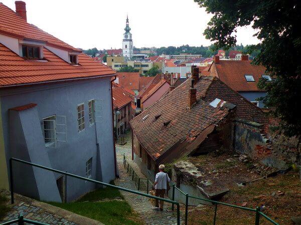 גגות הרובע היהודי, בתים מטים לנפול וצריח הכנסייה במרכז העיר