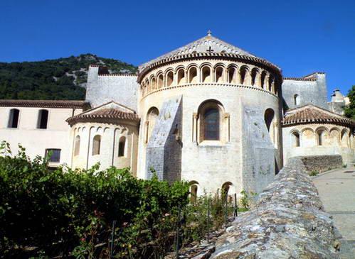 כנסיית המנזר והקשתות מתחת לכיפה, אחת התמונות המפורסמות של הכפר