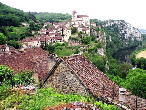 בתי הכפר סנט סירק לאפופי על מצוק מעל נהר לוט