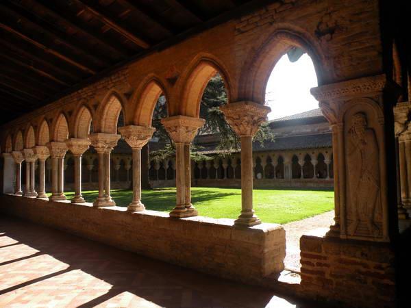 המנזר במויסאק, 76 עמודי שיש מעוטרים בסיפורים מהתנ