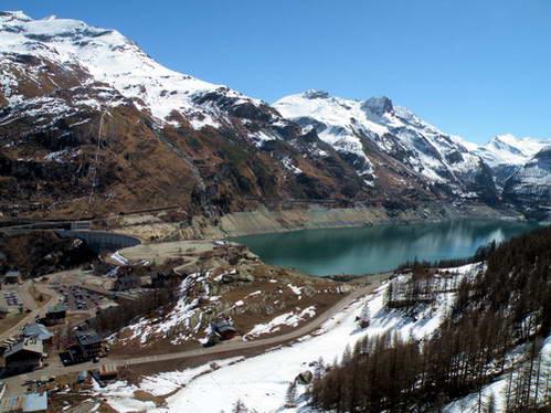 האגם המלאכותי לאק דה שבריל תחתיו