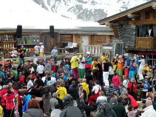 בקתת ההרים פולי דוס, חגיגה רועשת ומקפיצה לסיום יום הגלישה