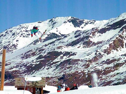 עופר מפגין ביצועים בפארק השלג Swatch