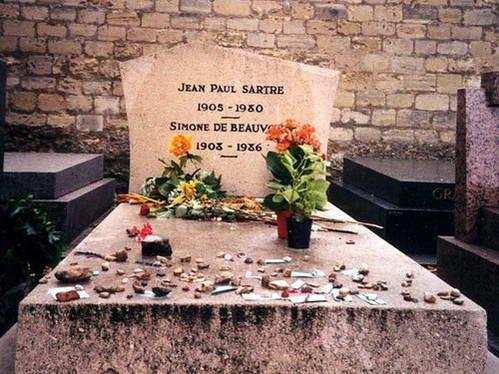 קבריהם של ז'אן פול סארטר וסימון דה בובואר בבית הקברות מונפרנאס