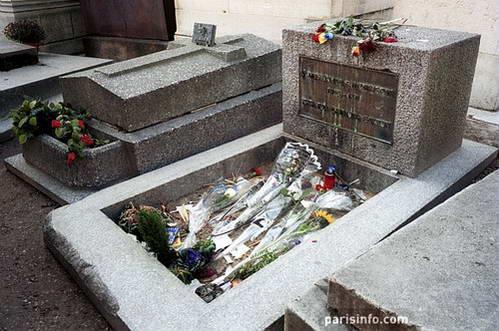 פרחים על קברו של הזמר ג'ים מוריסון