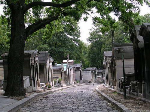 בית הקברות פר לשז, בעקבות קבריהם של המפורסמים
