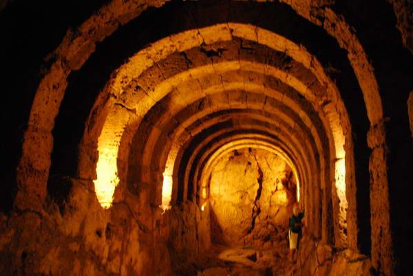המנהרה דרכה הגיעו המאמינים אל עולם המתים, מקדש נקרומאנדיו