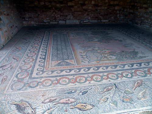 רצפת פסיפס בין שרידי העיר העתיקה ניקופוליס, יוון