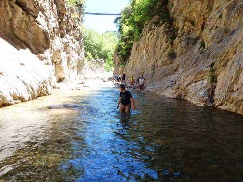 הליכה במים בקניון פנטאברחי, יוון ההררית