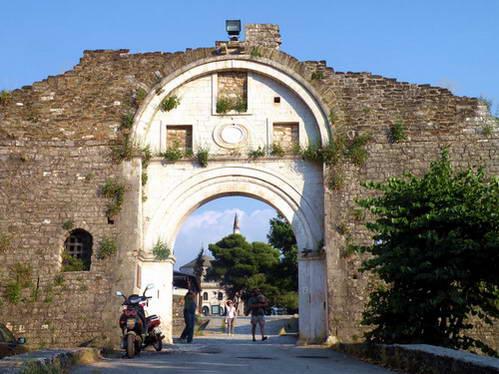 אחד משערי המבצר של יואנינה, יוון