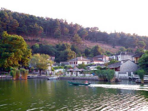 שייט לאי הקטן על אגם פביוטיס, יוון