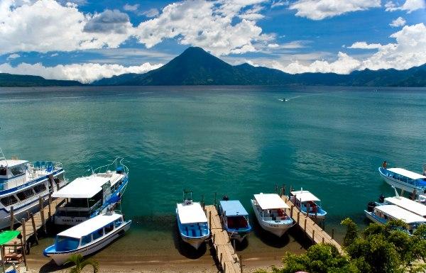אגם אטיטלן הנשקף מהעיירה פנחצ'ל, גואטמלה