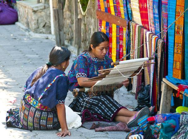 נשים אורגות בכפר על שפת אגם אטיטלן, גואטמלה