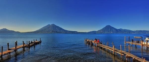 אגם אטיטלן מוקף בהרי געש, גואטמלה