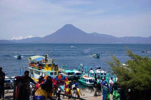 העיירה פנחצ'ל על אגם אטיטלן, גואטמלה