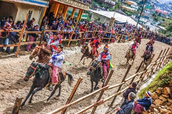 מרוץ הסוסים בכפר טודוס סנטוס, גואטמלה