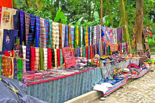 בדים צבעוניים מסורתיים בגואטמלה