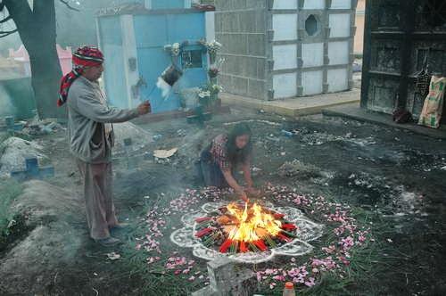 טקס בסגנון המאיה בבית הקברות בצ'יצ'יקסטננגו, גואטמלה