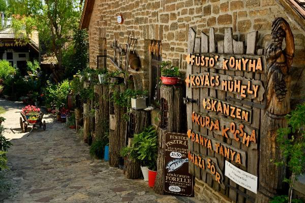 הכפר טיהני לחופי אגם בלאטון, הונגריה