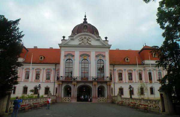 ארמון גרשלקוביץ', חצי שעה מבודפשט