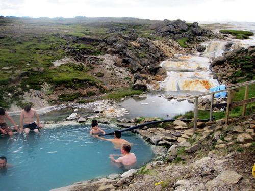 רחצה במעיינות תרמיים באיסלנד