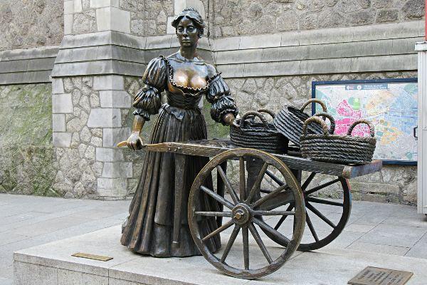 פסלה של מולי מלון בדבלין, אירלנד