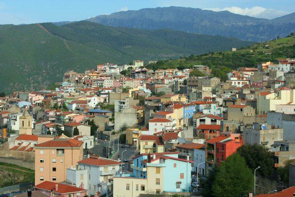 העיירה אורגוזולו על רקע רכס הסופרמונטה