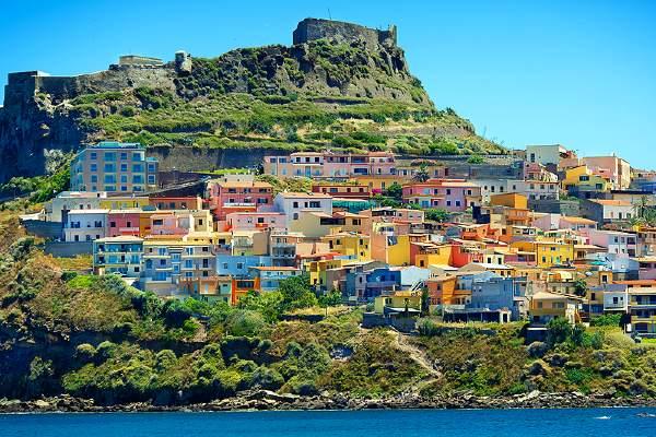 העיירה קסטלסרדו הממוקמת בפרובינציית סאסארי בצפון סרדיניה