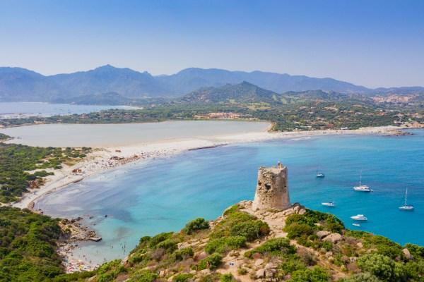 המגדל המפורסם בחוף פורטו ג'ונקו בסרדיניה