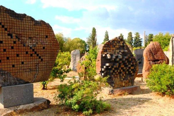 גן הצלילים בסן ספרטה בו מוצגים פסליו של פינוצ'ו שולה