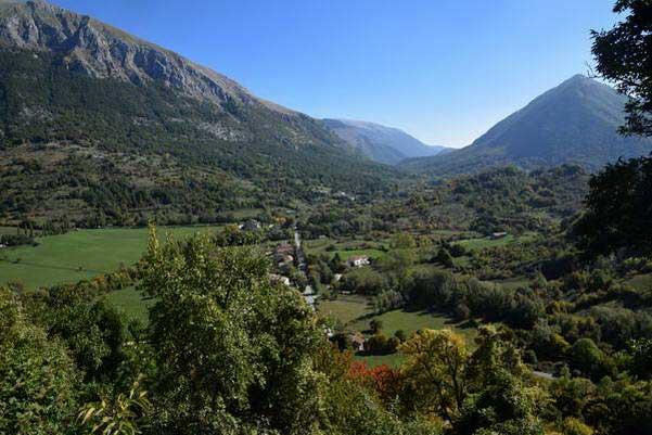תצפית מהכפר אופי על הפארק הלאומי אברוצו