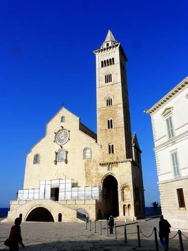 מגדל הפעמונים והקתדרלה בעיר טראני, פוליה, דרום איטליה