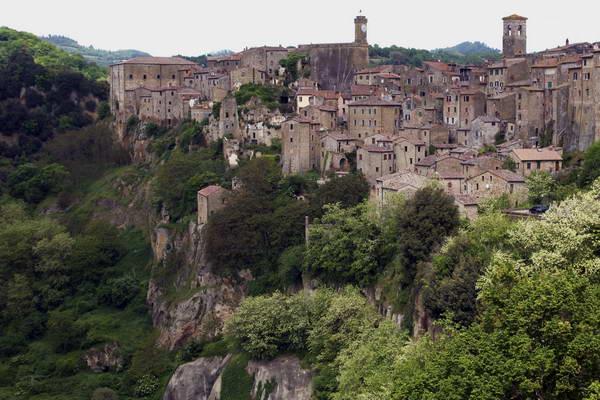 העיירה העתיקה והציורית סורנו שבטוסקנה, איטליה