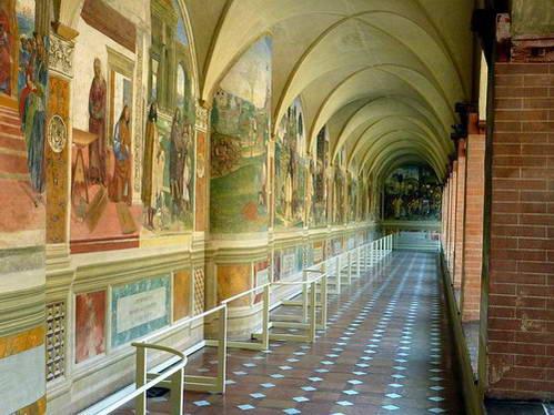 אכסדרה עם ציורי פרסקו המתארים את חייו של בנדיקטוס הקדוש