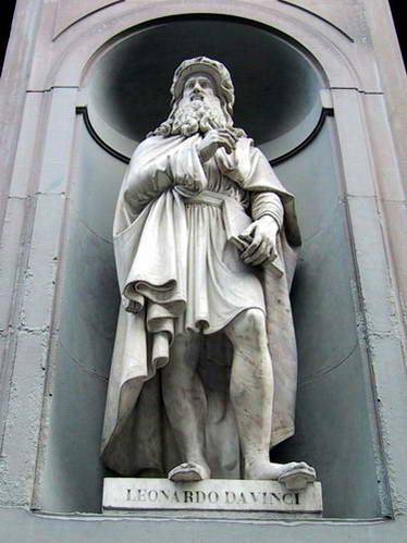 פסל לאונרדו דה וינצ'י במוזיאון אופיצי, פירנצה