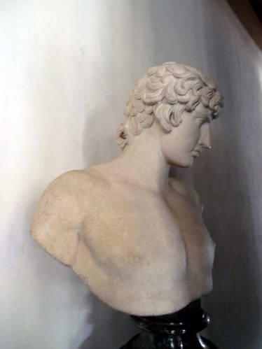 הנער אנטינואוס שטבע בנילוס במוזיאון אופיצי, פירנצה