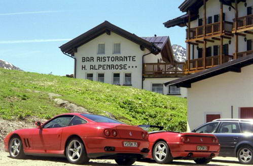 מכוניות ספורט בכבישים המתפתלים למעברי ההרים