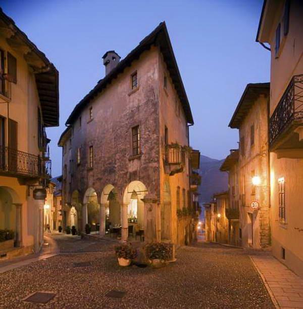 העיר קנוביו על גדות אגם מאג'ורה, צפון איטליה
