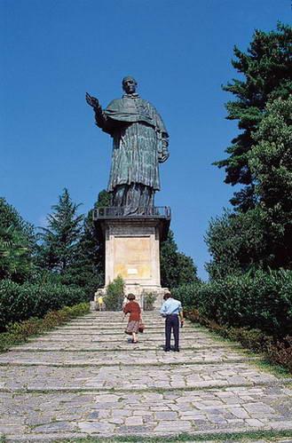 פסלו של הקדוש קרלו בורומאו בארונה, איטליה