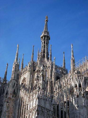 המגדל עם פסל המדונינה, קתדרלת מילאנו