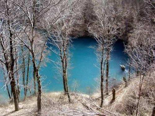 אגם קטן וחבוי בהרי האפנינים, איטליה