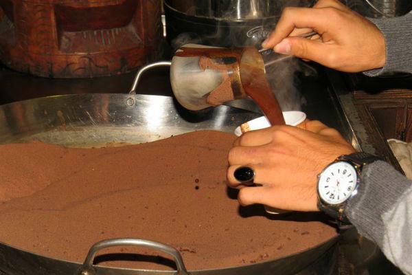 קפה ירדני על חול חם