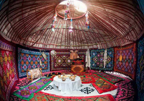 טיול ג'יפים בקירגיזסטן, לינה באוהלי יורטה