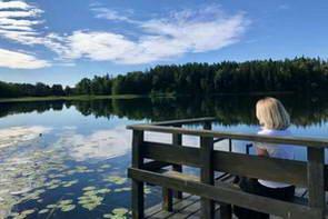 הבקתות של תמרה לצד האגם